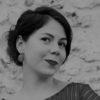 Costumière  Jennifer Minard se forme 4 années en lycée professionnel et obtient son BAC pro Artisanat et Métiers d'Art en 2011. En 2013, Jennifer prépare un Diplôme des Métiers d'Art de Costumier Réalisateur et se forme avec différents artistes et artisans comme la modiste Sara Tintinger, Les Vertugadins, les ateliers Caraco, MBV ou encore les Ateliers du Moulin Rouge. Elle débute sa collaboration avec le costumier – scénographe Gingolph Gateau en 2013 sur le spectacle « La collection Fabuleuse d'Aliester de Naphtalène », et l'assiste sur la création costumes d'une dizaine de spectacles. Elle travaille ensuite au Jardin Parallèle (Reims) avec les Compagnies Succursale 101 et Pseudonymo, sur plusieurs projets. Elle y intègre de nouvelles techniques et savoir-faire tels que la construction de masques, de marionnettes et d'objets plastiques. Elle signe les créations costumes de «Coco » (mise en scène Angélique Friant), « Les Petits Mélancoliques » (Cie La Mécanique des Limbes), «Chambre Minuit » (mise en scène Yaël Rasooly), « Nous les Héros » (mise en scène Catherine Toussaint), «Rumba » et « On voudrait revivre » (mises en scène Chloé Brugnon).