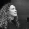 """Comédienne/marionnettiste/plasticienne/graphiste.  Graphiste de formation, Nadège a longtemps exercé en tant que directrice artistique au sein de sa propre agence de communication. Sa passion du théâtre et de la marionnette, son envie de raconter des histoires, de jouer, de construire, l'ont peu à peu amenée à créer des spectacles où le papier tient une place importante.  Depuis 2011, elle a créé 5 spectacles jeune et tout public. Trois d'entre eux ont été sélectionnés pour l'opération """"Bib'en scène"""" de la Bibliothèque Départementale des 2 Savoie (Savoie Biblio), qui propose des spectacles en bibliothèques, soulignant ainsi la qualité de son travail. Les Contes de la Boîte et Madame Kiki bénéficient en outre du label """"Savoie en scène"""" pour l'aide à la diffusion. Elle collabore également avec d'autres compagnies en tant que marionnettiste ou comédienne, participe à des actions culturelles dans des écoles, et anime un atelier théâtre amateur pour adultes. Elle ne souhaite cependant pas se cantonner au jeune public et quelques projets sont déjà en gestation, autour de textes personnels ou d'un roman de Gail Anderson Dargatz."""